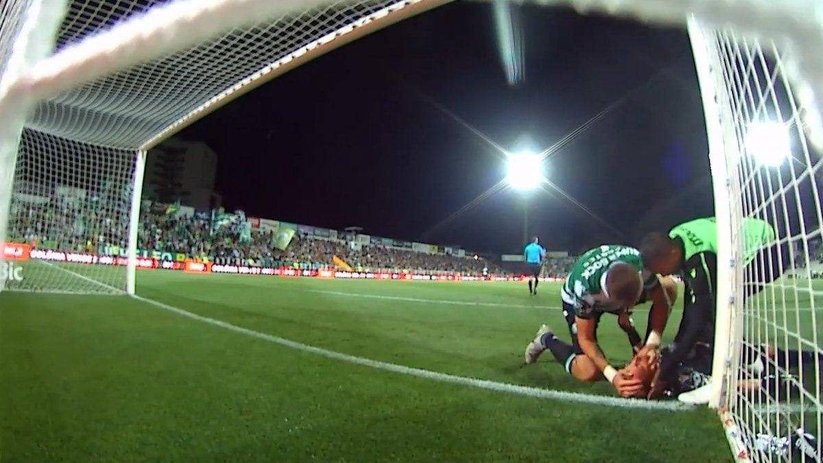 El futbolista Sebastián Coates le salva la vida a un compañero en el campo de juego