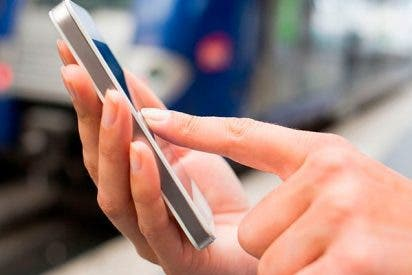 Una mujer pierde la movilidad en los dedos por usar su 'smartphone'