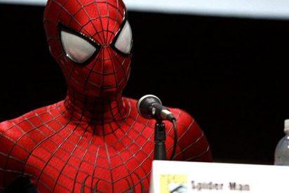 Spiderman se gradúa en derecho y va a la entrega de diplomas con su traje