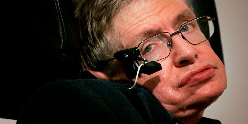 Subastan la silla de ruedas, su tesis doctoral y otras obras de Stephen Hawking