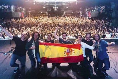 El grupo 'Taburete' le echa pelotas, saca la bandera de España en Barcelona y la monta en Twitter