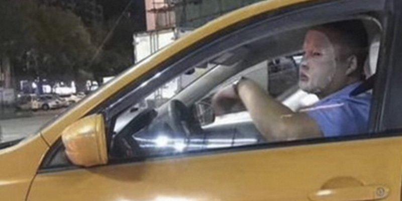 Suspenden de empleo y sueldo a este presumido taxista chino por usar una mascarilla facial