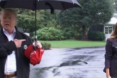 Le llueven las críticas a Trump por no compartir su paraguas con Melania