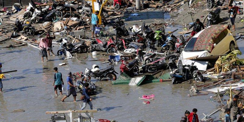 Religiosos socorren a los afectados por el tsunami en Indonesia