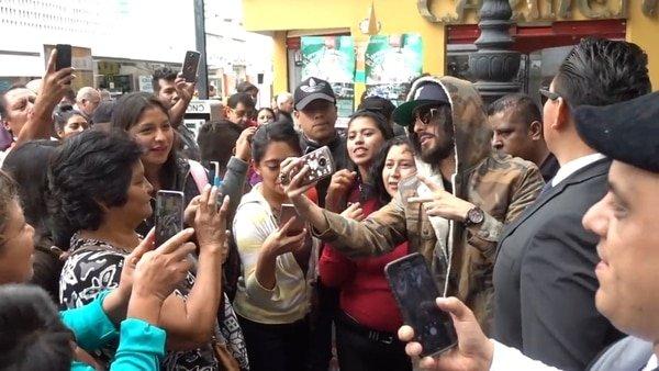 Un Maluma 'fake' desata la locura en las calles de México
