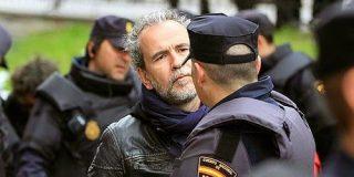 El necio Willy Toledo 'coge' el cóctel Molotov y se une a los violentos para acosar al PP, C's y Vox en Alsasua