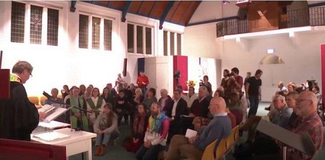 Una iglesia celebra misa sin parar para evitar la expulsión de una familia de emigrantes