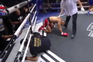 Este luchador de muay thai noquea a su oponente y al árbitro al mismo tiempo