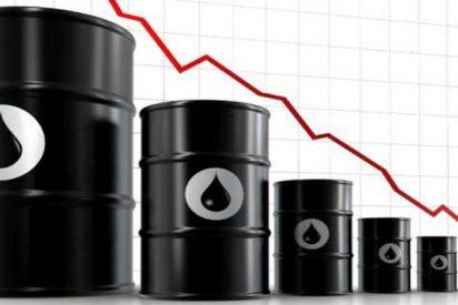 El precio del barril de petróleo cae un 5% en el peor mes para el crudo desde 2008