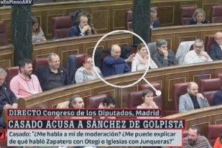 Jordi Salvador (ERC) hace el saludo fascista al acabar la intervención de Pablo Casado