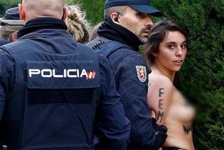 Esta activista de Femen enseña las tetas en un acto por el aniversario de la muerte de Franco
