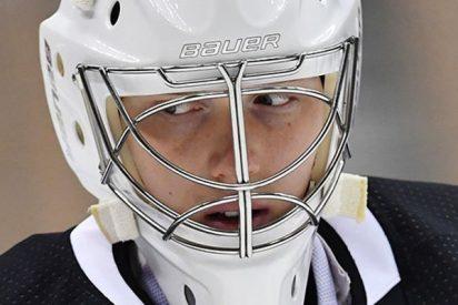 Este jugador de hockey de la NHL para un tiro a puerta con al cabeza