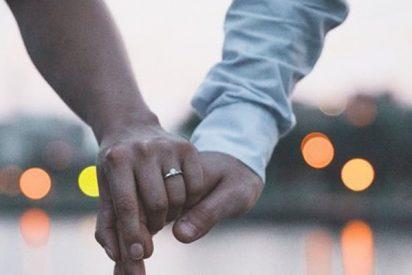 Esta mujer se burla del anillo de compromiso que le compró su novio y la Red no se lo perdona