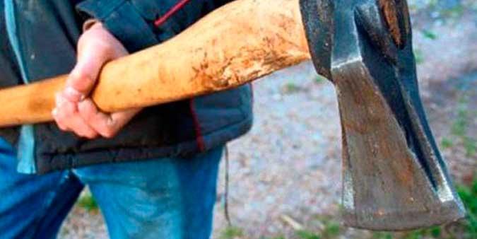 Ataca a su mujer con un hacha y despues se suicida colgándose de un árbol