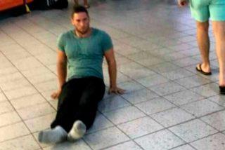 Un atleta parapléjico tiene que arrastrarse por un aeropuerto al extraviarle su silla de ruedas