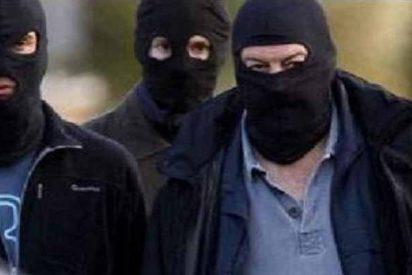 Una banda de atracadores extranjeros asalta a una familia en su chalé, los apalea y roba todo