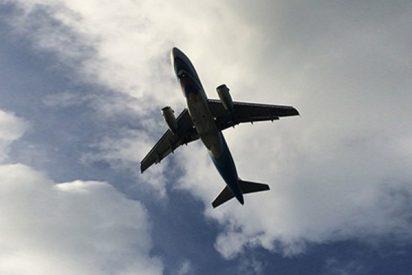 Este avión que se 'detiene' en el aire deja perplejos a las redes