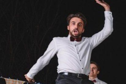 Este invitado a una fiesta se carga el suelo del piso con un baile acrobático