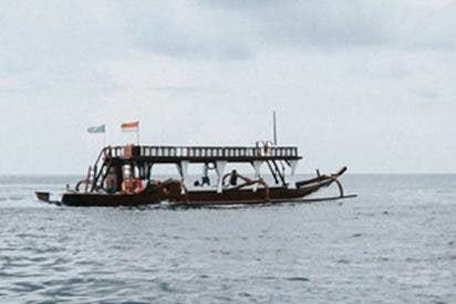 Rescatan a 9 turistas de un barco incendiado por un relámpago