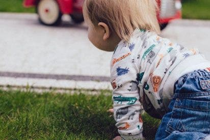 Esta niña de 2 años sale ilesa tras pasarle por encima un coche