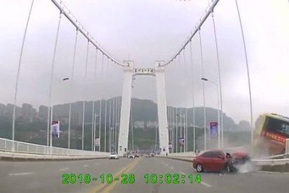 Vídeo: Una pasajera agrede al chofer de un autobús y caen desde un puente