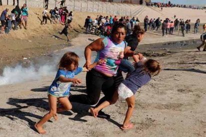 (VÍDEO) La caravana de migrantes intentó saltar la valla fronteriza entre México y EEUU