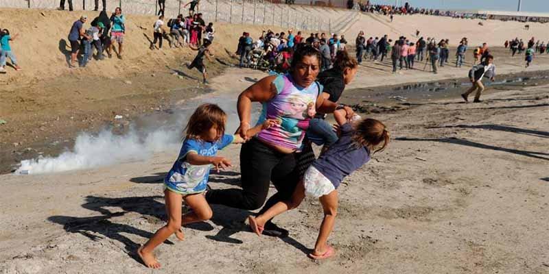 Habló la migrante de la foto viral en la que huye con sus hijos de los gases lacrimógenos en la frontera con EEUU