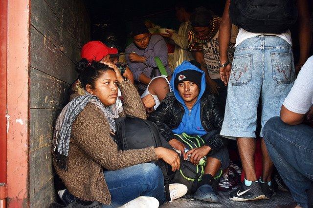 Una malagradecida critica los frijoles mexicanos que le alimentan y despierta una ola xenofóbica contra la caravana de migrantes (VIDEO)