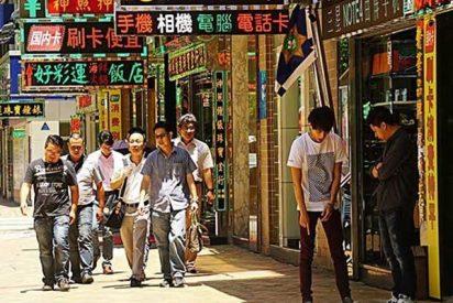 Esta enorme valla publicitaria cae y atrapa a varios peatones en China