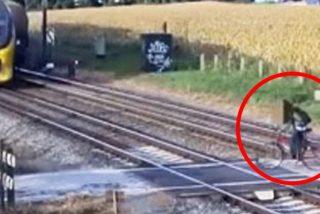 Este ciclista imprudente burla por milisegundos la muerte bajo las ruedas de un tren