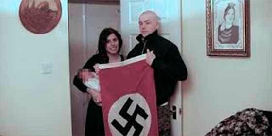 Una pareja de idiotas negaba ser neonazi, pero una foto con su bebé 'Adolf' los dejó expuestos