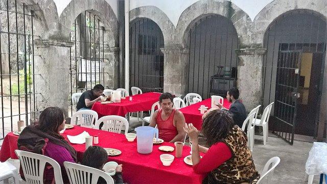 Parroquia mexicana de La Soledad da de comer diariamente a casi 400 personas sin techo