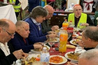 El cardenal Osoro comparte la comida con 200 pobres y sintecho en la iglesia de San Antón