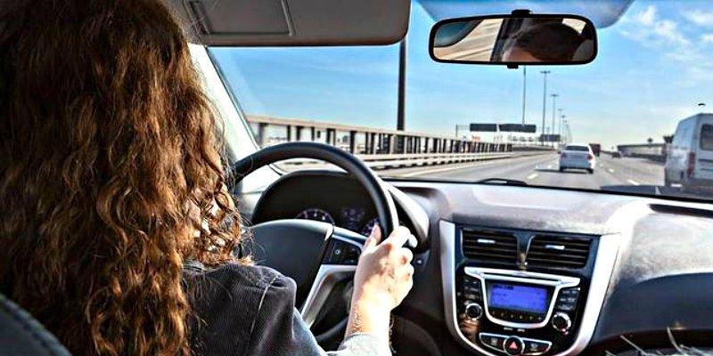 La Guardia Civil advierte: este gesto tan habitual que haces al volante puede ser mortal