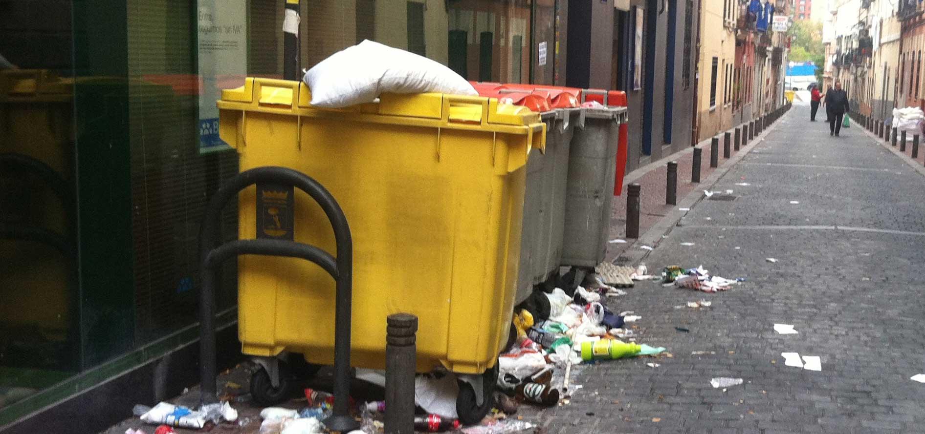 Unos facinerosos pagan 10 euros a un indigente por meterse en un cubo de basura y grabarle