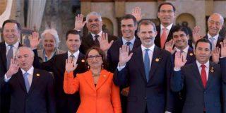 El Rey de España pone al vanidoso Pedro Sánchez en segunda fila de la foto oficial