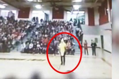 """Este director de escuela le pide a una estudiante """"sostener su plátano"""""""