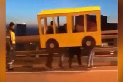 Estos tipo se disfrazan de autobús para poder cruzar un puente prohibido para peatones