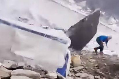 Este escalador se libra de una muerte segura al esquivar por los pelo una enorme