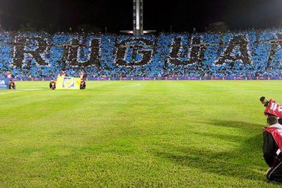 ¡Más cutre imposible!: Así pintan el césped del mayor estadio de Uruguay para ocultar su mal estado