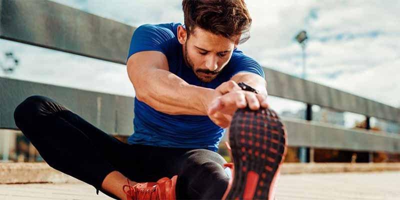 ¿Cuándo es mejor estirar antes o después de entrenar?