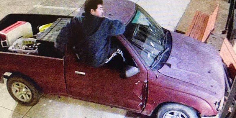 Estrella su camión contra la sede del tribunal para denunciar que le robaron sus drogas