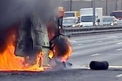 Así explota esta furgoneta con garrafas de gas en una autopista