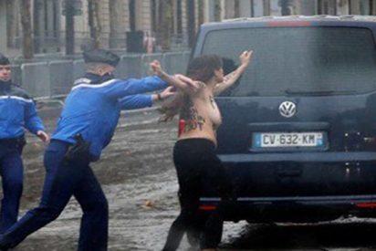 Tres activistas de Femen le enseñan las tetas a Trump en París