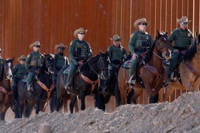 Estos maestros la lían en Twitter al disfrazarse en Halloween de muro fronterizo y de hispanos