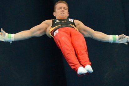 Este gimnasta británico vuela casi 6 metros de una barra a otra estableciendo un récord mundial