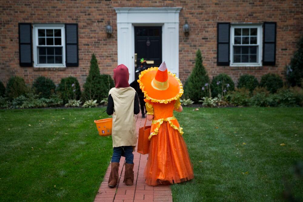 Disparan a dos niños mientras piden dulces en Halloween