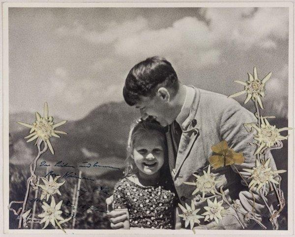 Hitler abrazando a una niña judía, la curiosa foto subastada por miles de dólares