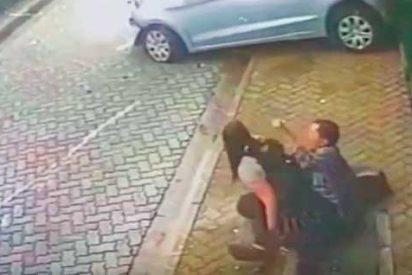 El aterrador momento en que un hombre salva a su pareja de ser atropellada