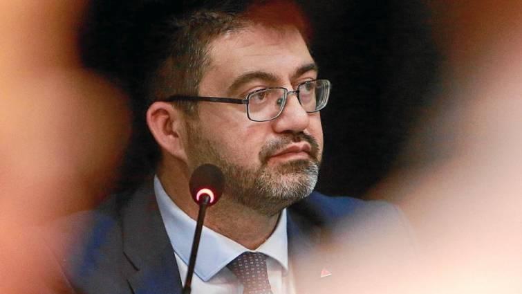 El 'desempleado' Carlos Sánchez Mato le hace tal guiño a Arnaldo Otegi que deja en paños menores su entrevista-masaje en TVE